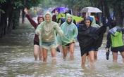 """Khách Tây thích thú """"lội lụt"""" ở phố cổ Hội An"""