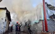 Cháy kho hàng, cảnh sát đeo mặt nạ lao vào dập lửa