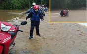 Thót tim cảnh hàng chục giáo viên khiêng xe máy vượt lũ dữ đến trường