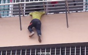 Cha mẹ bất cẩn, bé 3 tuổi kẹt đầu vào lan can tầng 4