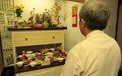 Tân trang bàn thờ gia tiên ngày Tết (2): Sang, sửa bát hương ngày cuối năm sao cho đúng?