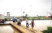 Hà Nội: Sau mưa 5 ngày vẫn phải đi cầu tạm