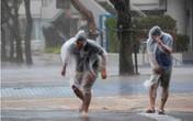 Cách đi bộ an toàn trong mưa bão