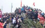 """Bức ảnh hàng trăm người chen chân để """"check in"""" trên đỉnh Fansipan gây choáng"""