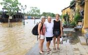 Du khách Tây thích thú khi phố cổ Hội An ngập nước lũ