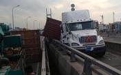 Xe container tự va chạm gây náo loạn giao thông trên cầu Phú Mỹ