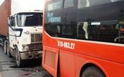 Hàng chục hành khách la hét khi xe Phương Trang bị container đâm