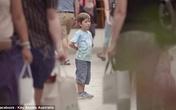 Người đi đường dửng dưng nhìn 2 đứa trẻ lạc cha mẹ