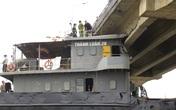 Hải Dương vẫn cho người đi qua cây cầu bị tàu đâm gãy