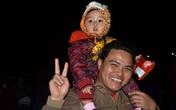 Trẻ con làng quê háo hức đi xem hội chợ Xuân