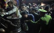 Chen lấn, xô đẩy, cướp đồ lễ trên ban thờ trong đêm khai Ấn đến Trần