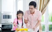 """MC Phan Anh được mẹ con Hoa hậu Ngọc Diễm """"dạy"""" nấu ăn"""