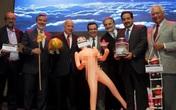 Chile: Dân sôi sục vì bộ trưởng chụp ảnh với búp bê tình dục