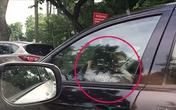 Bé gái lái ôtô biển xanh vi vu trên phố Hà Nội