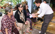 Gia đình Minh Thuận trao quà cho nghệ sĩ già neo đơn