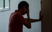Không kịp nhìn mặt cha lần cuối, con trai NSƯT Phạm Bằng suy sụp trước linh cữu