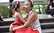 2 mẹ con Đoan Trang diện áo dài yếm tuyệt đẹp