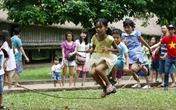 Trẻ con thành phố thích thú với trò chơi của những năm 80