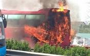 Xe khách cháy ngùn ngụt trên cao tốc Pháp Vân - Cầu Giẽ