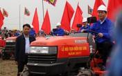 Chủ tịch nước lái máy cày tại Lễ hội Tịch điền