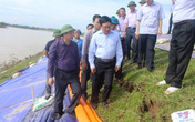 Phó Thủ tướng Phạm Bình Minh kiểm tra tuyến đê sông Chu bị rạn nứt