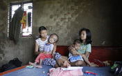Nghẹn lòng cảnh hai vợ chồng nuôi 3 người con tật nguyền