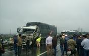 Xe tải lật ở chân cầu Gianh, quốc lộ 1A ách tắc hàng km