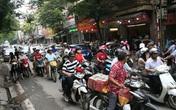 Hà Nội: Phố Thụy Khuê tắc nghẽn vì dòng người ùn ùn mua bánh Trung thu gia truyền