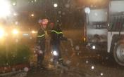 Giải cứu 7 người bị mắc kẹt trên tầng thượng vụ cháy lớn trong đêm bão số 2 đổ bộ