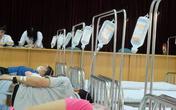 Cao điểm sốt xuất huyết: Bác sĩ hủy phép, bệnh viện nhường hội trường kê giường cho bệnh nhân