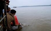 Hàng nghìn người phóng sinh cá ra sông Hồng: Bắt rồi thả có phải là làm phước?