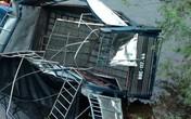 HI HỮU: Xe tải chở lợn mất lái lao xuống sông, tài xế thoát chết