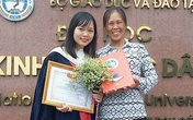 Xúc động ảnh người mẹ nghèo rạng rỡ bên con gái trong lễ tốt nghiệp