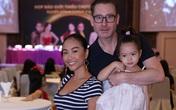 """Còn nhỏ tuổi nhưng con gái Đoan Trang đã cực kỳ """"sành điệu"""" đi ủng hộ mẹ trong sự kiện"""