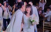 Cát Phượng, Kiều Minh Tuấn nhận hoa cưới từ Khởi My
