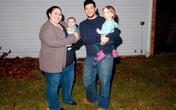 Người đàn ông chuyển giới mang bầu và sinh con thay vợ