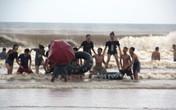 Thanh Hóa: Du khách vẫn thản nhiên tắm biển dù bão cận kề