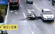 Ngã xe máy, bị ô tô chạy đè qua đầu vẫn sống
