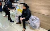 Mẹ già 70 tuổi bờ phờ chen lấn mua tặng 2 con dâu bộ nồi giảm giá