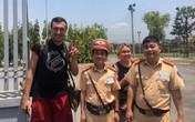 Hành động đẹp của các chiến sĩ CSGT khi giúp đỡ 2 du khách nước ngoài gặp nạn