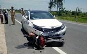 Clip: Kinh hoàng xe ô tô húc văng người đi xe máy xuống ruộng lúa