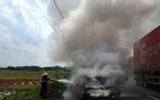 Xe 4 chỗ bất ngờ bốc cháy, tài xế thoát chết hi hữu