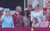 """Tan chảy trước điệu bộ vẫy tay hết sức đáng yêu của Công chúa Charlotte được """"copy"""" 100% từ Nữ hoàng"""