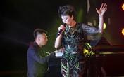Chồng Thu Phương quỳ gối chụp ảnh cho vợ