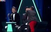 Tuyệt đỉnh song ca tập 2: Chán 'chặt chém', Đàm Vĩnh Hưng quay sang ôm hôn Quang Lê thắm thiết
