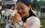 Con gái Lan Phương chưa đầy tháng đã theo mẹ đi làm