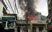 Cháy nhà áp chợ, người dân chạy tán loạn