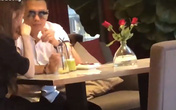 Lộ cảnh Việt Anh ngồi tâm sự, lau nước mắt cho Quế Vân ở quán cà phê