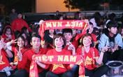 """Hàng trăm CĐV """"cháy hết mình"""" cổ vũ cho đội tuyển Việt Nam trước giờ bóng lăn"""
