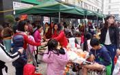 Tạm dừng bán online, dân chung cư mang cả nghìn mặt hàng bày bán tại chợ Tết